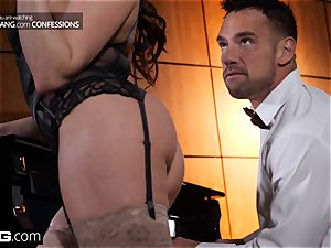 Christiana Cinn cheats on her hubby with a piano man