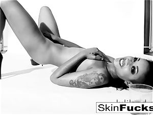 skin Diamond toying with her humid cunny