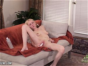 Amy Quinn loves to wank her cootchie with a toy