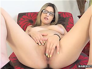 Solo session of Sarah Bella is highly arousing